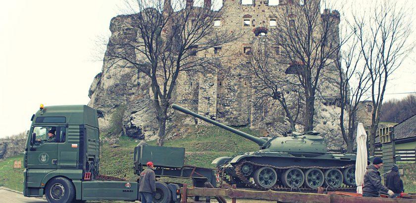 MAN TGA z czołgiem T-55 na lawecie wjeżdża pod zamek w Ogrodzieńcu