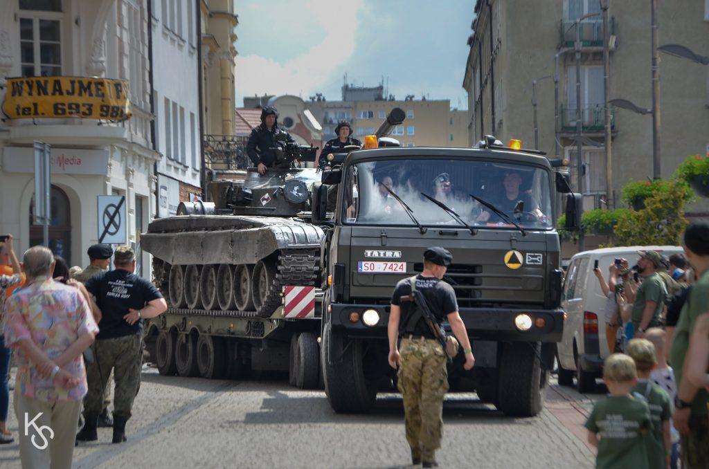 Tatra 815 TP ciągnik balastowy wjeżdza na bytomski rynek ciągnąc na przyczepie czołg T-72